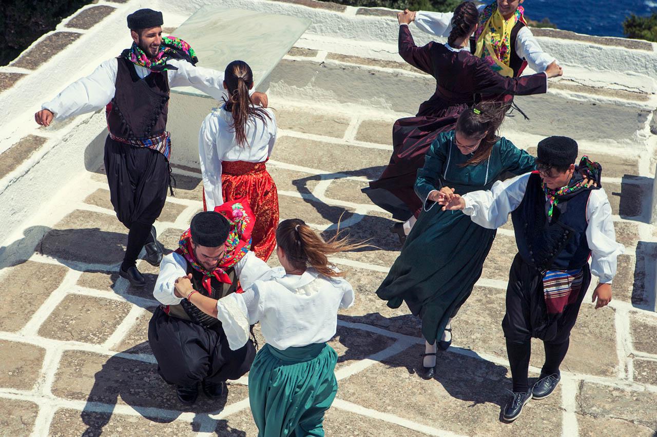 Παραδοσιακοί χοροί με παραδοσιακές φορεσιές της Κέας.