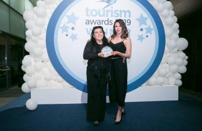 Από αριστερά η κα Βίκυ Καρατζαβέλου, υπεύθυνη Δημοσίων Σχέσεων της ΝΑΤΤΟΥΡ και η κα Τίτη Βελοπούλου, ambassador του σήματος Bike Friendly Hotel.
