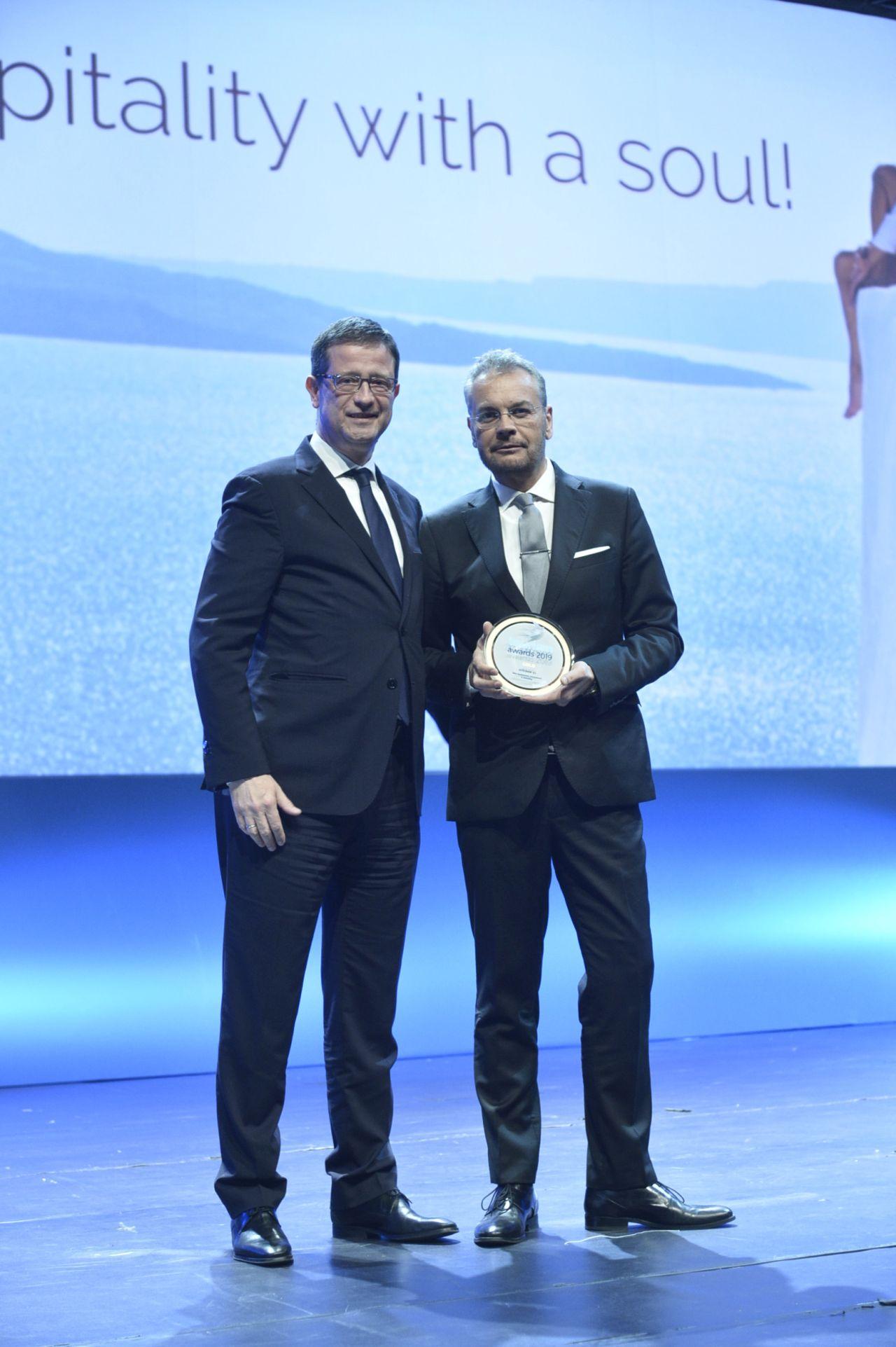 Από αριστερά: O Γιώργος Τζιάλλας, Γ.Γ. Τουριστικής Ανάπτυξης και ο Κωνσταντίνος Ζήκος, CEO της HotelBrain.