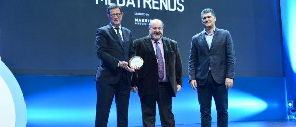 Ο Γιώργος Τζιάλλας, Γ.Γ. Τουριστικής Πολιτικής & Ανάπτυξης παραδίδει το βραβείο στον Αντιπρόεδρο της FORUM ΑΕ, Θανάση Γιαλούρη και στον Θοδωρή Μακρίδη από την Makridis Associates.