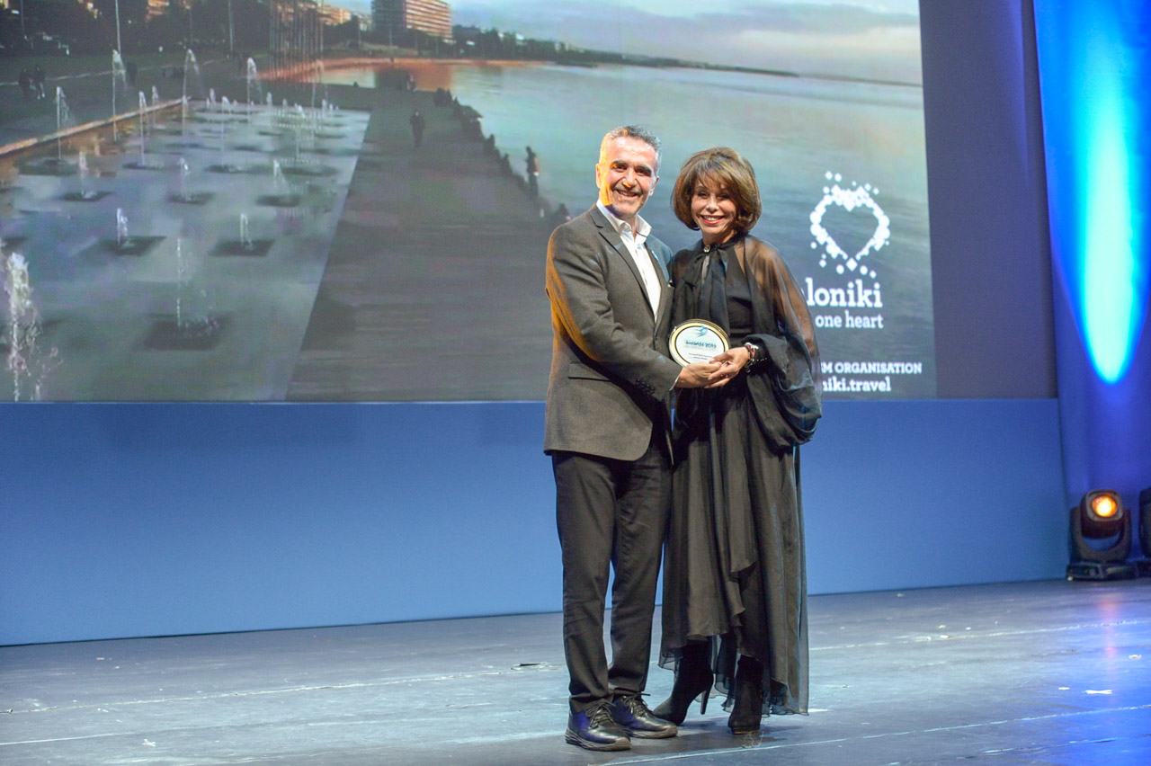 Η Πρόεδρος του Οργανισμού Τουρισμού Θεσσαλονίκης, κ. Βούλα Πατουλίδου παραλαμβάνει βραβείο από τον Πρόεδρο του ΕΟΤ, κ. Χαράλαμπο Καρίμαλη.