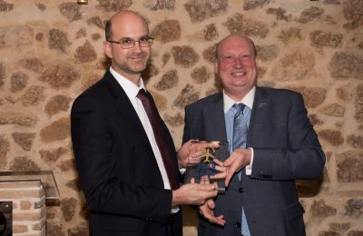 Jeremy Drury, Director Digital & E-Services of Star Alliance receives the award from Henrik Hololei, Director-General for Mobility and Transport, European Commission.