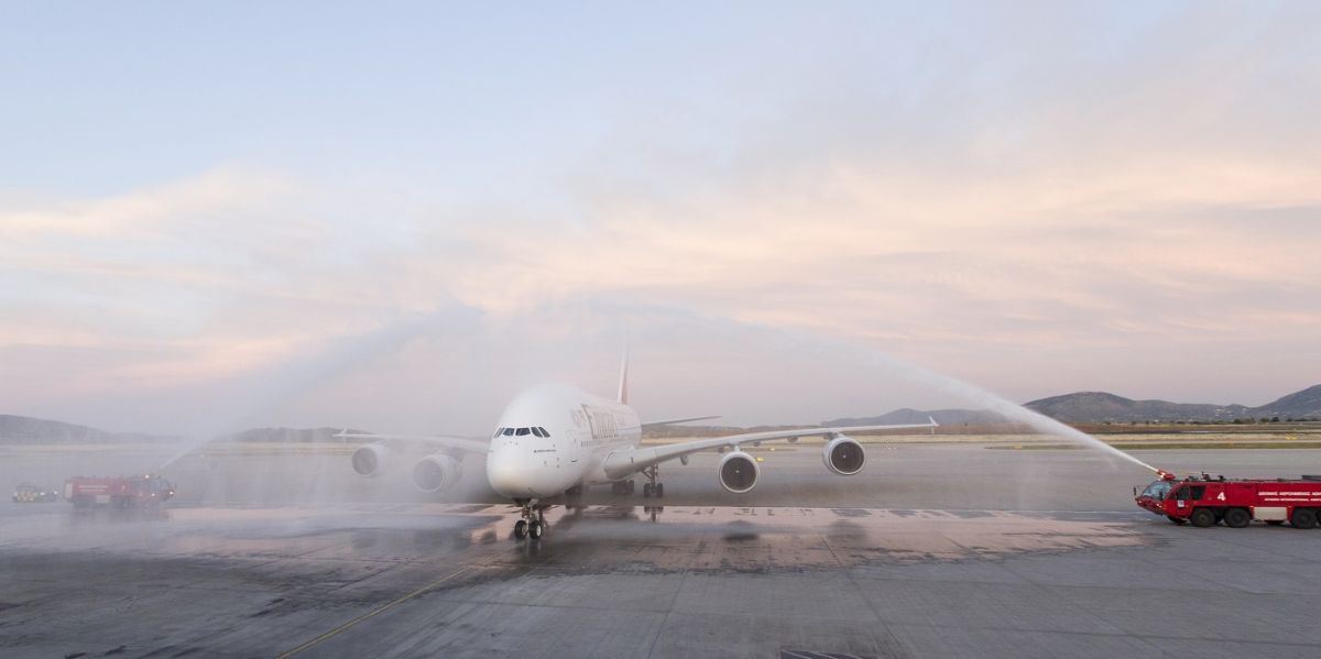 The A380 aircraft landed at Athens International Airport (AIA), at 20.25 pm from Dubai, on Friday, May 31. A celebratory water cannon marked its arrival and the beginning of the commercial flights to the country.