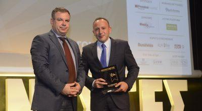 IOBE General Director Nikos Vettas presented the award to Zeus International CEO Charis Siganos.