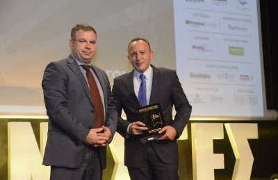 IOBE General Director Nikos Vettas presented the award to Zeus International CEO Charis Siganos.