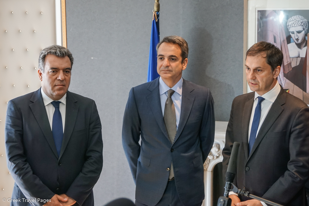 Greek Prime Minister Kyriakos Mitsotakis (center) with Deputy Tourism Minister Manos Konsolas (left) and Tourism Minister Harry Theoharis.