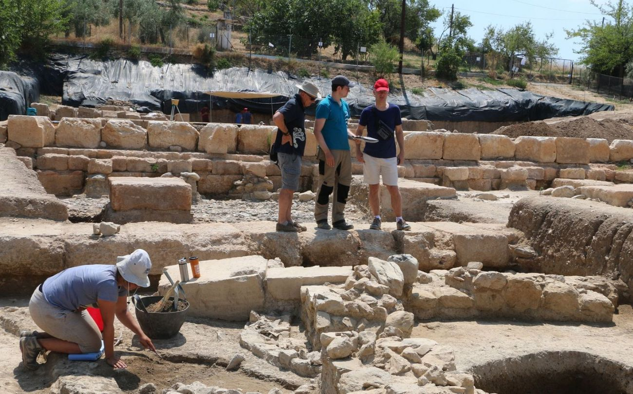 Visit of the Ambassador of Switzerland to the Amarynthos excavation site, accompanied by representatives of the Swiss Archaeological School in Greece.