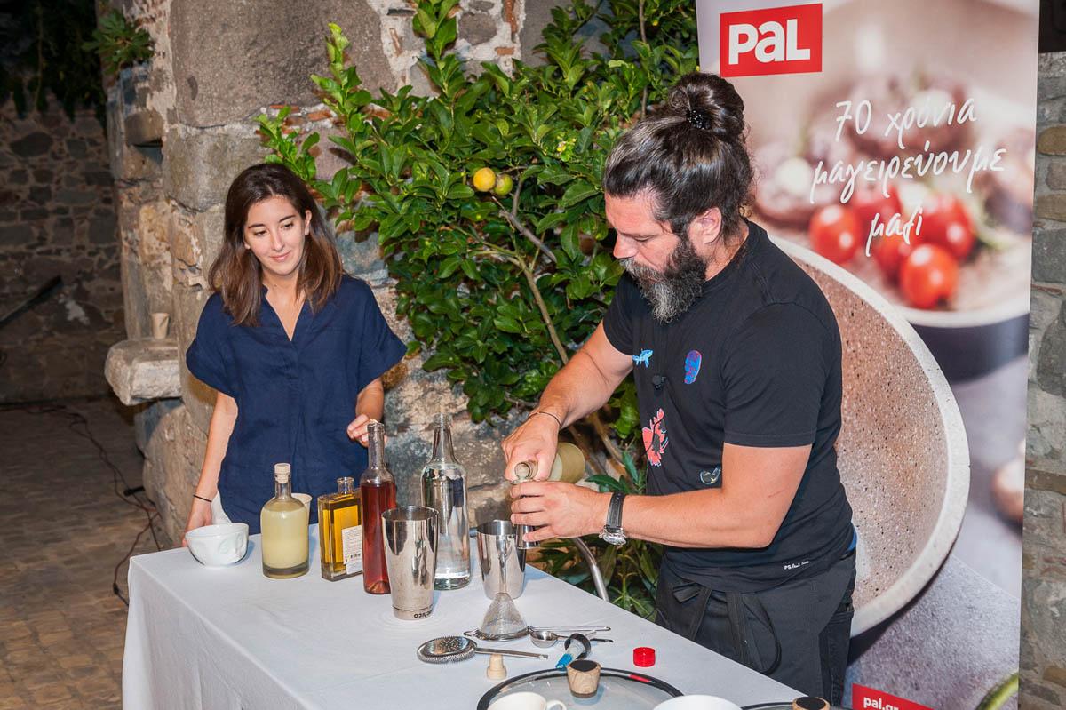 Η διοργανώτρια του Lemnos Philema, Άνθεια Κώτση, με τον bartender Χρήστο Γκόλφη.