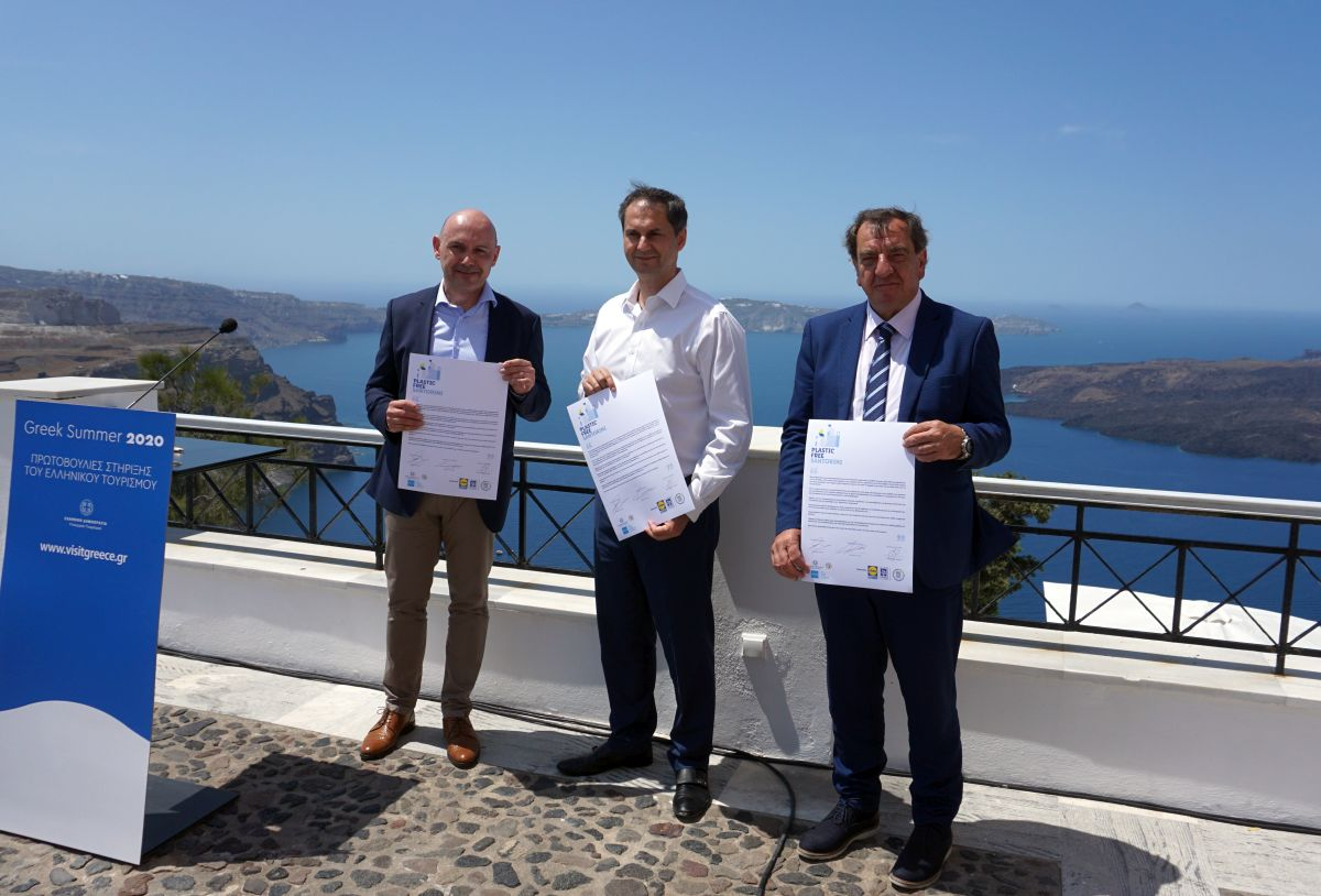 "Lidl Hellas President Iakovos Andreanidis, Greek Tourism Minister Harry Theoharis and Thira Mayor Antonis Sigalas after signing the agreement for the ""Plastic-Free Santorini"" campaign. Photo © GTP"