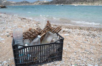 Πλαστικό καφάσι γεμάτο με πλαστικά αντικείμενα που συλλέχθηκαν σε παραλία της Αμοργού.