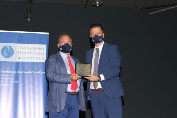 Greek hotelier Sakellarios Soulounias (left) receiving his honor from Hellenic Hoteliers Federation's president Grigoris Tasios.