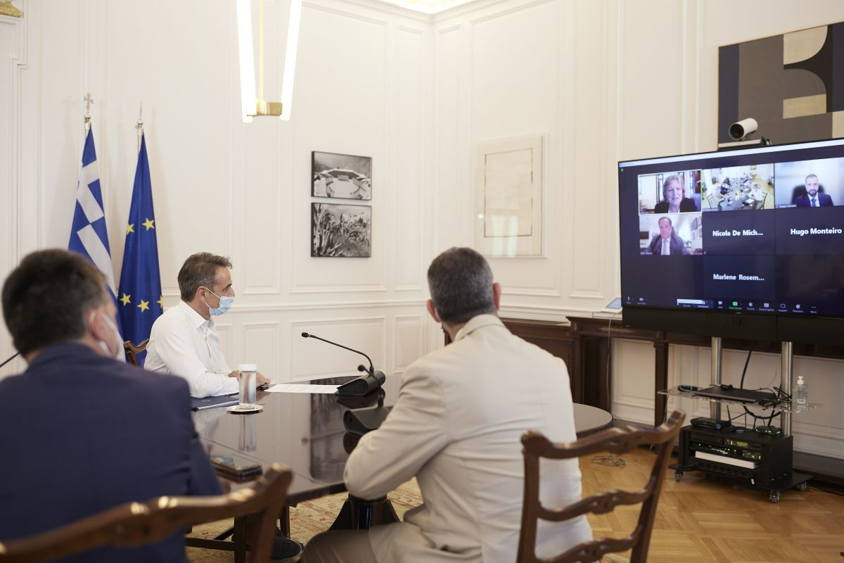 Greek Prime Minister Kyriakos Mitsotakis speaking to Commissioner for Cohesion and Reforms, Elisa Ferreira, during a teleconference. Photo source: primeminister.gr