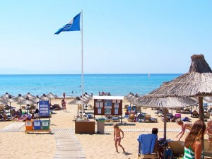 The Blue Flag is awarded to beaches that follow 29 requirements that refer to the quality of seawater, cleanliness, organization of the swimming area, safety of bathers and protection of the environment, among other factors.