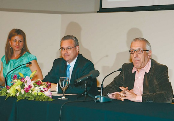 World of Athens President Tatiana Karapanagioti; Tourism Minister Kostas Markopoulos; and Athens Mayor Nikitas Kaklamanis during the presentation of the new World of Athens advertising campaign. According to Mayor Kaklamanis, in order to attract more tourists from the U.S. Greece must dare to allow international cruises to begin from Piraeus.