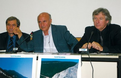 Yiannis Kartanis, prefect advisor and president of the Lefkada Hotelier Association; Yiorgos Logothetis, mayor of the Apollonion municipality; and Yiorgos Kourtis, president of the Local Union of Municipalities of Lefkada. At the press conference it was announced that the Municipality of Apollonion on Lefkada would be honored with the