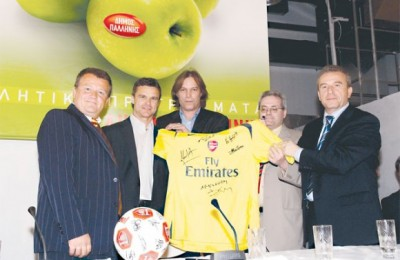 Paul Shipwright, spokesperson for Arsenal; Christof Warzycha; Dimitris Spyropoulos; Spyros Constantas, mayor of Palini; and Dimitris Provatas, president of the Greek Arsenal Fan Club.