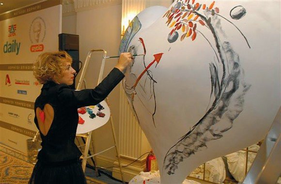 The painter Eva Koliopantou during her live performance.