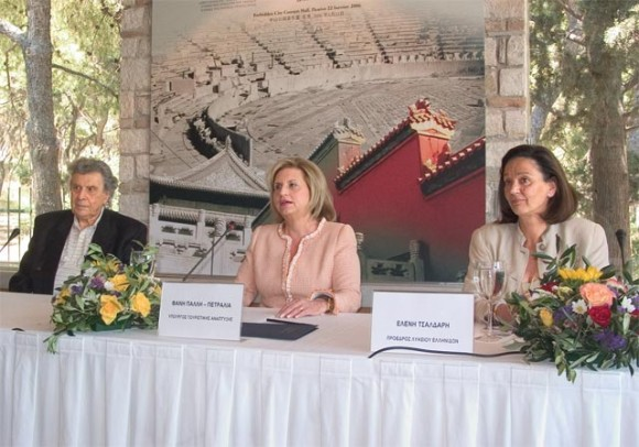 The renowned composer Mikis Theodorakis with Fani Palli-Petralia, minister of tourism development and Eleni Tsaldari, president of the Women's Lyceum.