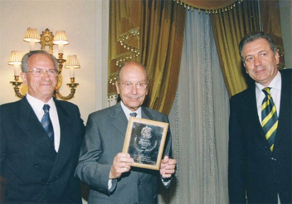 Former President of the Republic Constantinos Stefanopoulos (center) received a chamber award for his services to the country and to the tourism sector.
