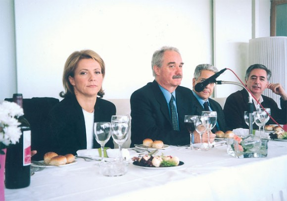 Hellenic Association of Travel and Tourism Agents' vice president, Eleni Papadopoulou, and the association's president, Yiannis Evangelou, during a working lunch to discuss tourism problems with the media.