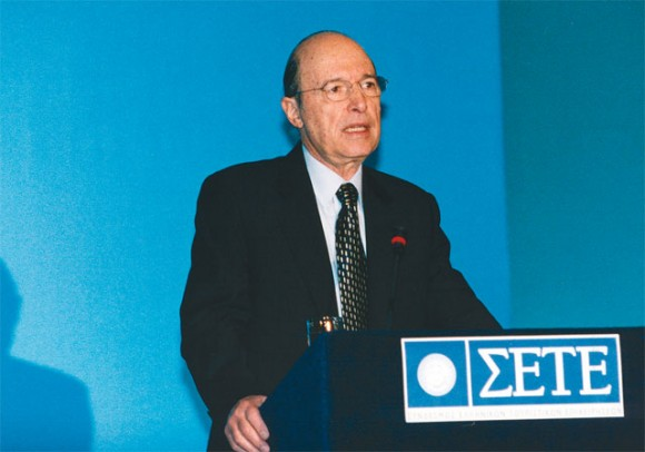 Prime Minister Costas Simitis showed that government realizes the importance of tourism to the country's economy by attending and opening the Association of Greek Tourism Enterprises's annual meeting.
